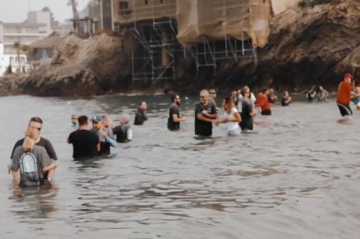 """""""加州正经历属灵复兴"""",近1000人海滩受洗"""